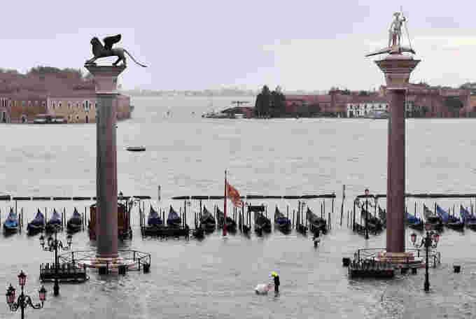2019-11-15T122327Z 3 LYNXMPEFAE0T7 RTROPTP 4 ITALY-WEATHER-VENICE (1)