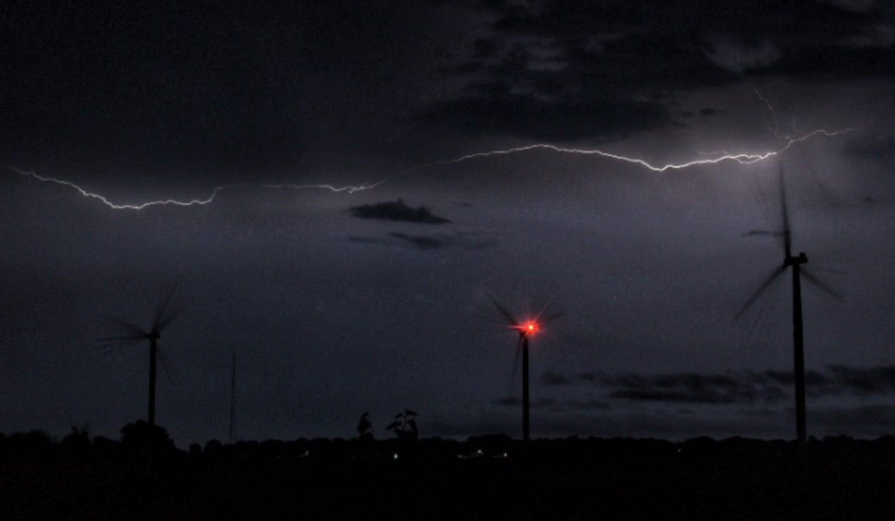 Tornado-warned storms hit southern Ontario, risk shifts east ahead of cool down