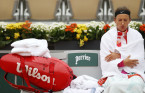 Chilly, damp weather at French Open prompts world champion to storm off