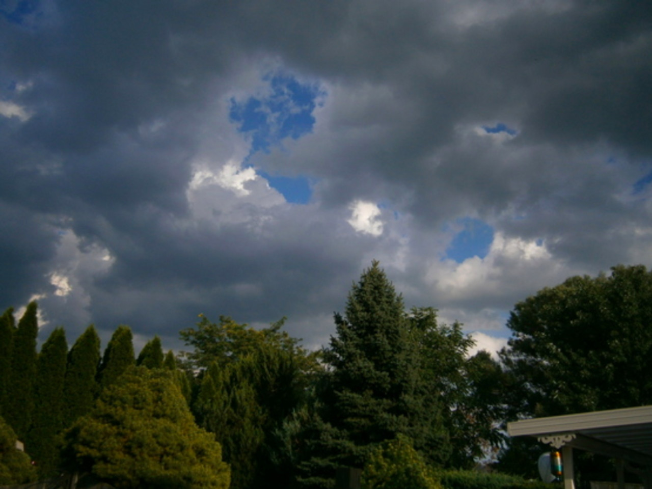 Strong storm risk for Ontario, heat holds on for one more day