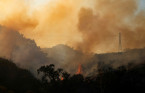Strong winds stoke Southern California wildfire, thousands evacuated